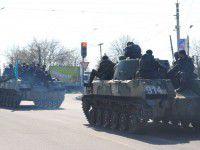 Колонна военной техники зацепила автобус с людьми