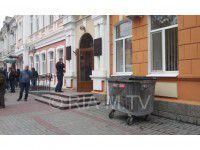 Фотофакт: Мусорный бак возле горсовета дожидается нечестных депутатов