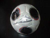 Фотофакт: на запорожском аукционе продают мяч легендарного футболиста