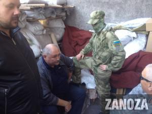 Фотофакт: Скандальный лидер казачества с георгиевской лентой «попал в плен» к Самообороне