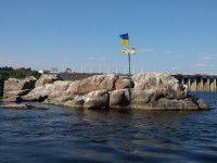 Утренний фотофакт: Днепровские пороги украсили флагом Украины