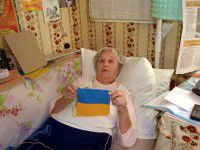 Фотофакт: Самая узнаваемая бабушка Майдана вяжет обереги для солдат