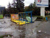 Фотофакт: В Запорожье ураган уложил на бок остановку
