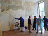 Фоторепортаж: военный госпиталь ремонтируют строители в рясах