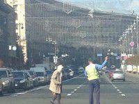 Фотофакт: Уроженец Запорожской области перекрыл Крещатик, чтобы помочь старушке
