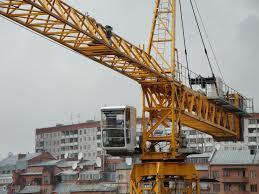 После непогоды строительный кран рискует рухнуть на головы горожан