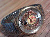 Фотофакт: Запорожцы сделали Карташову часы с надписью: «Ушел на пенсию»
