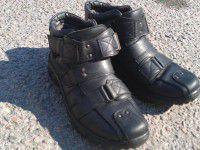 Фото дня: Запорожский пенсионер отдал последние ботинки солдатам