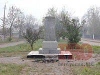 Фотофакт: В Запорожской области «свергли» еще одного каменного вождя