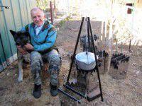 Запорожский пенсионер изготавливает для военных дровяные печки