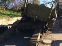В Запорожье военные едва не потеряли по дороге бронетранспортер (Фото)