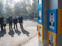 Фотофакт: Портреты погибших на востоке солдат теперь охраняют от вандалов
