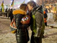Американский фотограф получил 30 000 долларов за фото запорожского активиста с девушкой