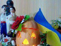 Фотофакт: запорожцы украшают тыквы на Хэллоуин украинскими венками