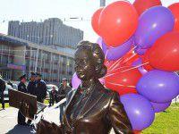Запорожский нардеп отметил установку скульптур вальсом с незнакомкой (Фото)
