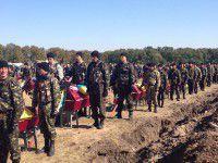 Похороны неопознанных солдат: горы цветов, слезы запорожанок и почетный караул