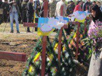 Фотофакт: Могилы неизвестных солдат украсили детскими рисунками
