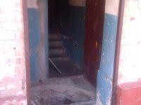 Жильцы запорожского подъезда ежедневно рискуют провалиться в подвал (Фото)