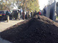 Активисты перекрыли подъезд к заводу: Машина демонстративно разгрузилась возле проходной