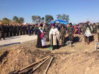 Подробности: С неопознанными бойцами прощаются под «Пливе кача»