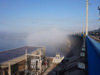 Утреннее фото: Запорожскую плотину в свете солнечных лучей окутал туман