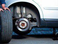 Добрый водитель, меняющий колесо незнакомцу, лишился барсетки