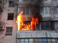 Запорожца из горящей квартиры спасала целая команда пожарных