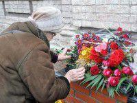 Фотофакт: Запорожцы завалили цветами место гибели нескольких сот детей