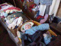 Фотофакт: Грудного ребенка «упаковали» в коробку с гуманитаркой