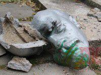 Фотофакт: Посреди улицы лежит разбитая голова Ленина