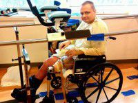 Боец, оставшийся без ноги, заново учится ходить (Видео)