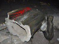 Неизвестные в балаклавах повалили памятник Ленину возле завода (Фото)