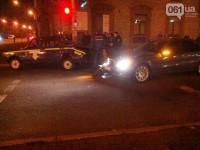 В центре Запорожья «Мерседес» врезался в машину ГАИ