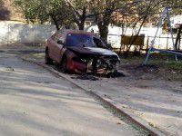 Фотофакт: В Запорожской области во дворе снова сгорел автомобиль