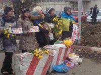 Фотофакт: Запорожанки с тортами и мандаринами ждут героев АТО