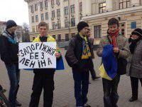 Фотофакт: Трое студентов с флагами Украины пикетируют мэрию