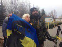 Фотофакт: Запорожский боец украшает оружие стихами Шевченко
