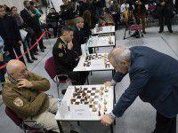 На запорожском аукционе продают шахматную доску с автографом Каспарова