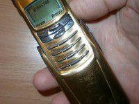 Запорожец продал свой золотой телефон, чтобы купить солдатам носков