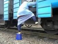 Интернет облетело видео, на котором бабушка штурмует электричку при помощи ведра