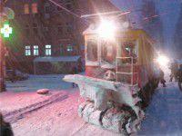В Запорожье рельсы от снега чистит раритетный трамвай