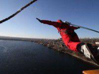 В канун Нового года с моста массового прыгнут Деды Морозы