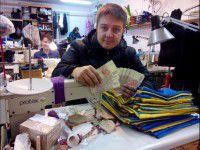 В Швейцарии женщина поменяла украинские флаги на деньги для солдат