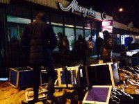 В Запорожье посреди улицы разгромили кувалдами игровые автоматы (Фото)