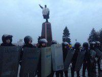 Попытка сноса Ленина: митингующие попытались прорвать кордон милиции