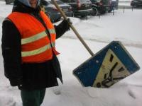 Запорожские дворники вместо лопат используют дорожные знаки