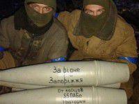 Артиллеристы бьют по врагу снарядами с подписью «За рідне Запоріжжя»