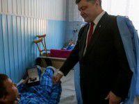 В Запорожье Президент возложил цветы героям Революции и посетил раненых солдат