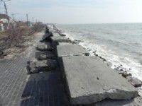 В Бердянске непогода продолжает разрушать дамбу