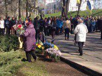 Запорожцы, пережившие концлагерь, принесли к памятнику цветы